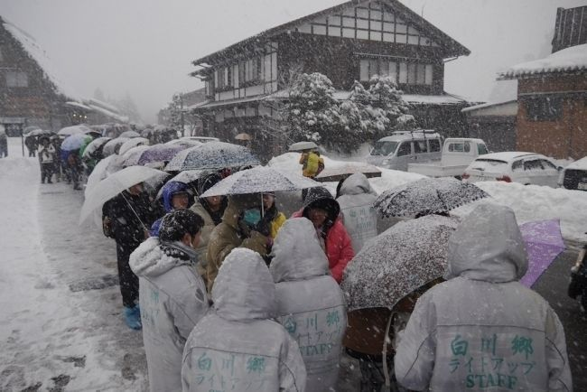 Shirakawa_Tourists