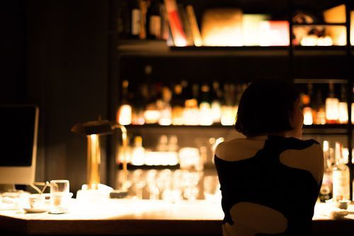 Japanese_woman_in_a_bar