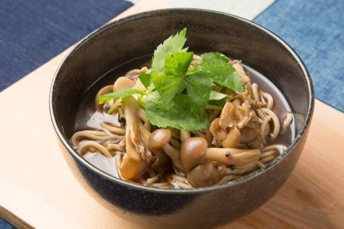 Soba_noodles_with_Shimeji