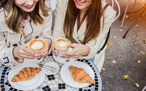 Women_drinking_coffee_with_croissants