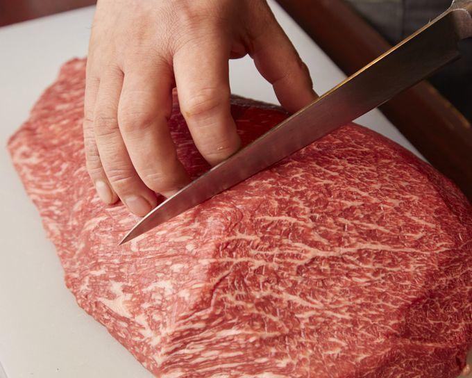 cutting_the_A5_Wagyu