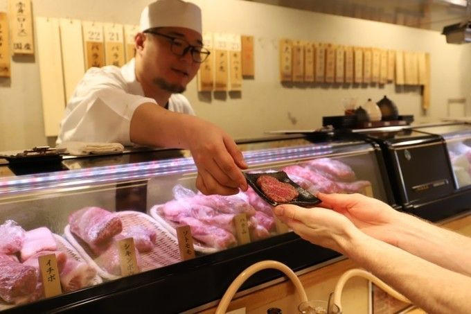 Tencho_handing_meat_to_the_customer