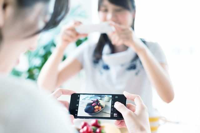 taking_photos_of_the_food