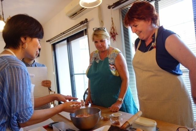 ladies_learning_to_cook_japanese_food