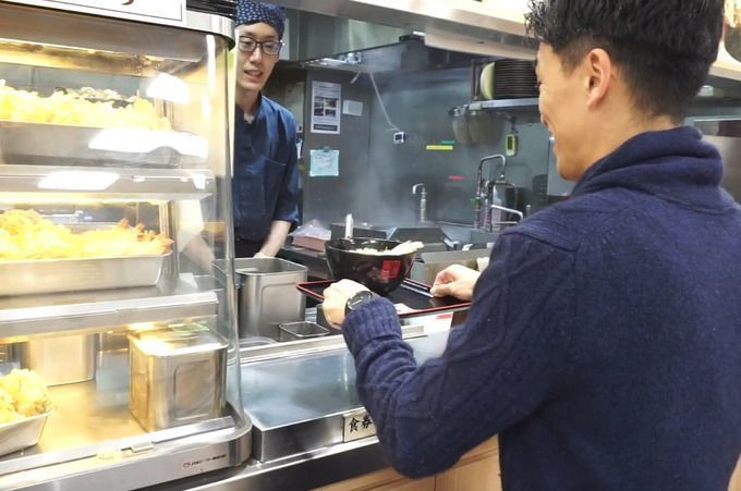 hako_soba_getting_the_soba_from_the_counter