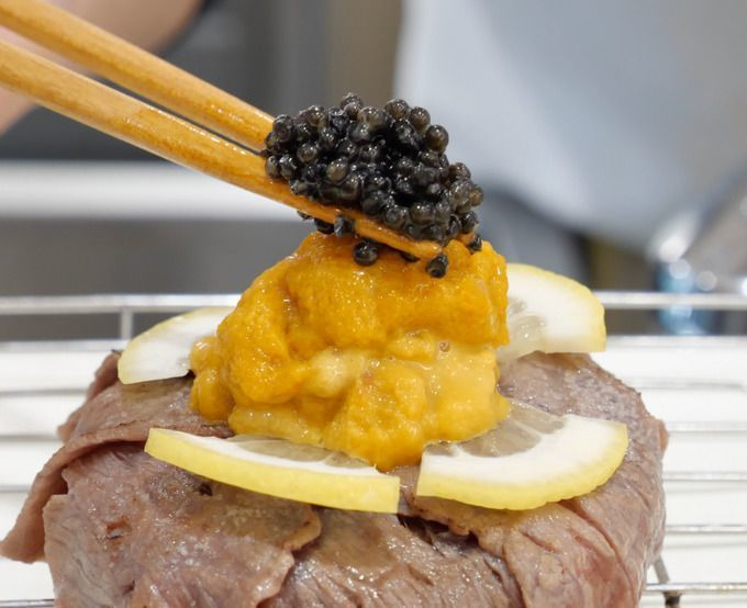 topping_the_halal_kobe_beef_sushi_with_caviar