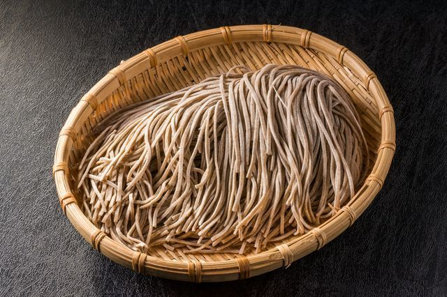 Soba_noodles_in_a_basket